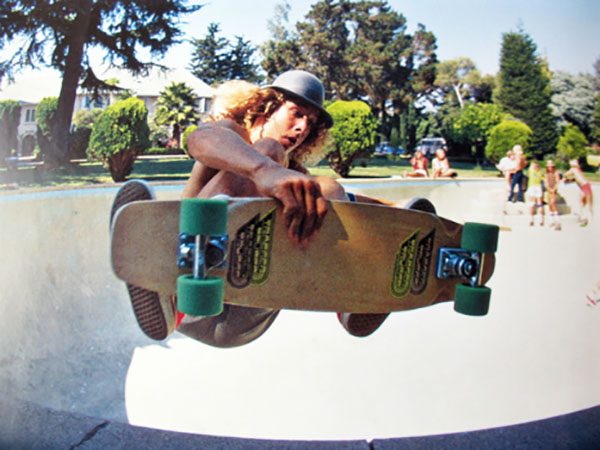Tony Alva andando de skate em piscina abandonada