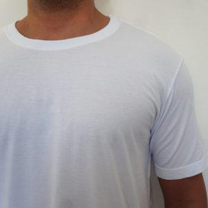 Camiseta branca lisa em detalhes