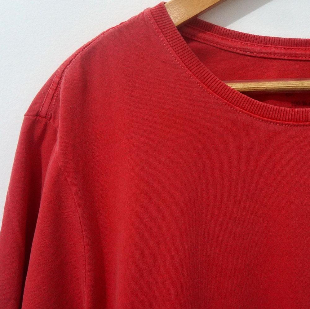 camiseta vermelha estonada em detalhes